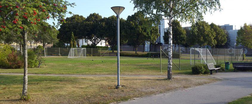 Fotbollsplan med fotbollsmål utanför Stenhammarskolan