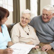 Äldre par i diskussion med sjuksköterska