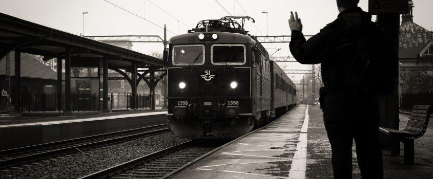 Ett regionaltåg kör in på perrongen i Flen.