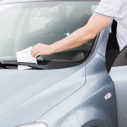Parkerad bil med parkeringsbot på vindrutan