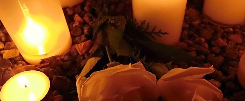 Tända ljus och blommor
