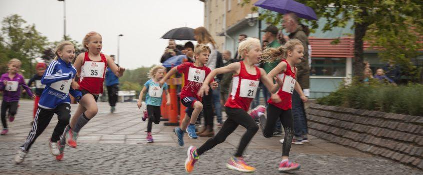 Barn som springer ett lopp