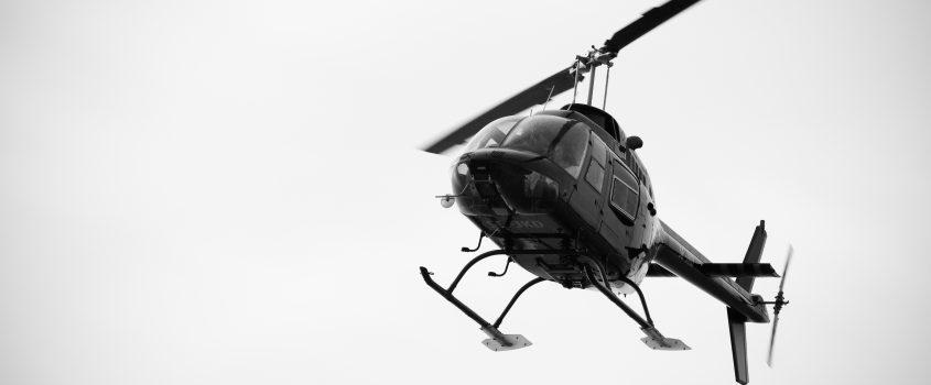 En helikopter som flyger i luften