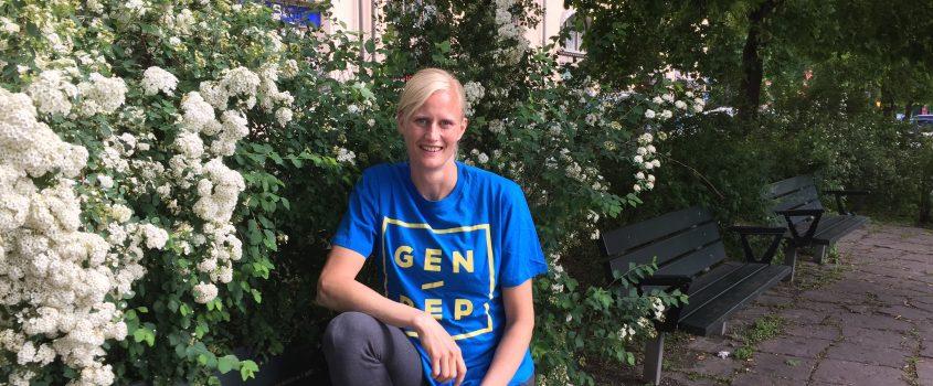 Carolina Klüft sitter på en parkbänk.