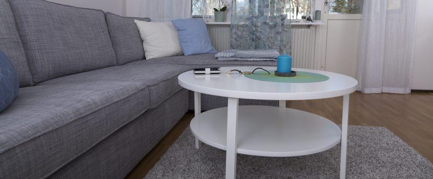 Vardagsrum med soffa och soffbord