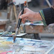 Hand med pensel på akvarellmålning