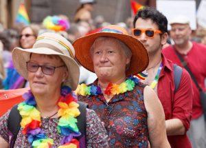 Seniora damer i hatt och färglada band