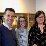 Barn,- utbildnings- och kulturnämndens ordförande Roger Tiefensee, bibliotekschef Ingela Lundskog och filialansvarig Anneli Lordh