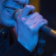 Närbild - kille med mikrofon