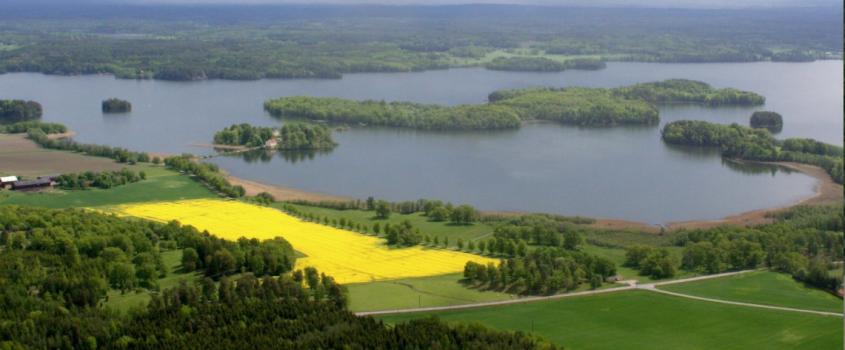 Flygbild över sjö- och jordbrukslandskap i Flens kommun