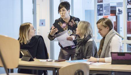 Läraren Cathrine Dolk berättar om synligt lärande för de finska gästerna. Foto: Magnus Ornhammar
