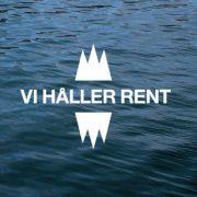 """Kant av en brygga i vatten med """"Vi håller rent"""" och Håll Sverige Rents logotyp"""