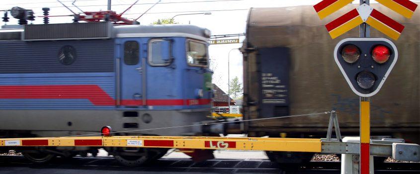 Tåg åker förbi järnvägsövergång