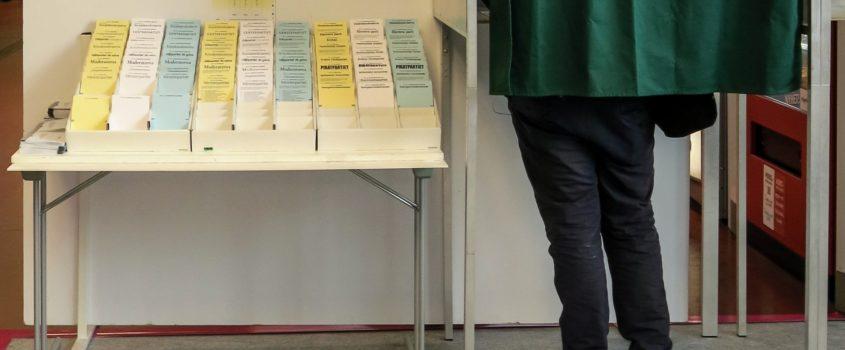 Bord med röstsedlar och plats för röstning. Miljön i en vallokal.