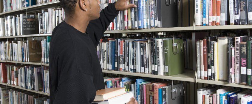 Man letar böcker på ett bibliotek