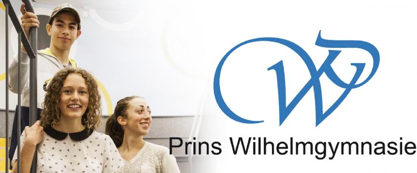 Tre ungdomar i en trappa och Prins Wilhelmgymnasiets logotyp