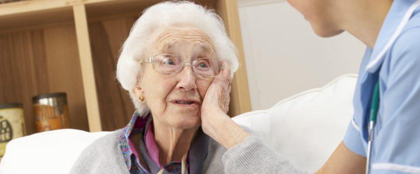 Sjuksköterska besöker äldre kvinna i hemmet
