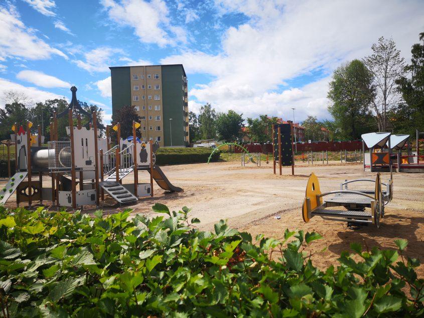 Lekpark med flera olika lekställningar, gungor, klätterplank