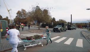Under en tidigare övning omhändertar civila sjuksköterskor en skadad militär.