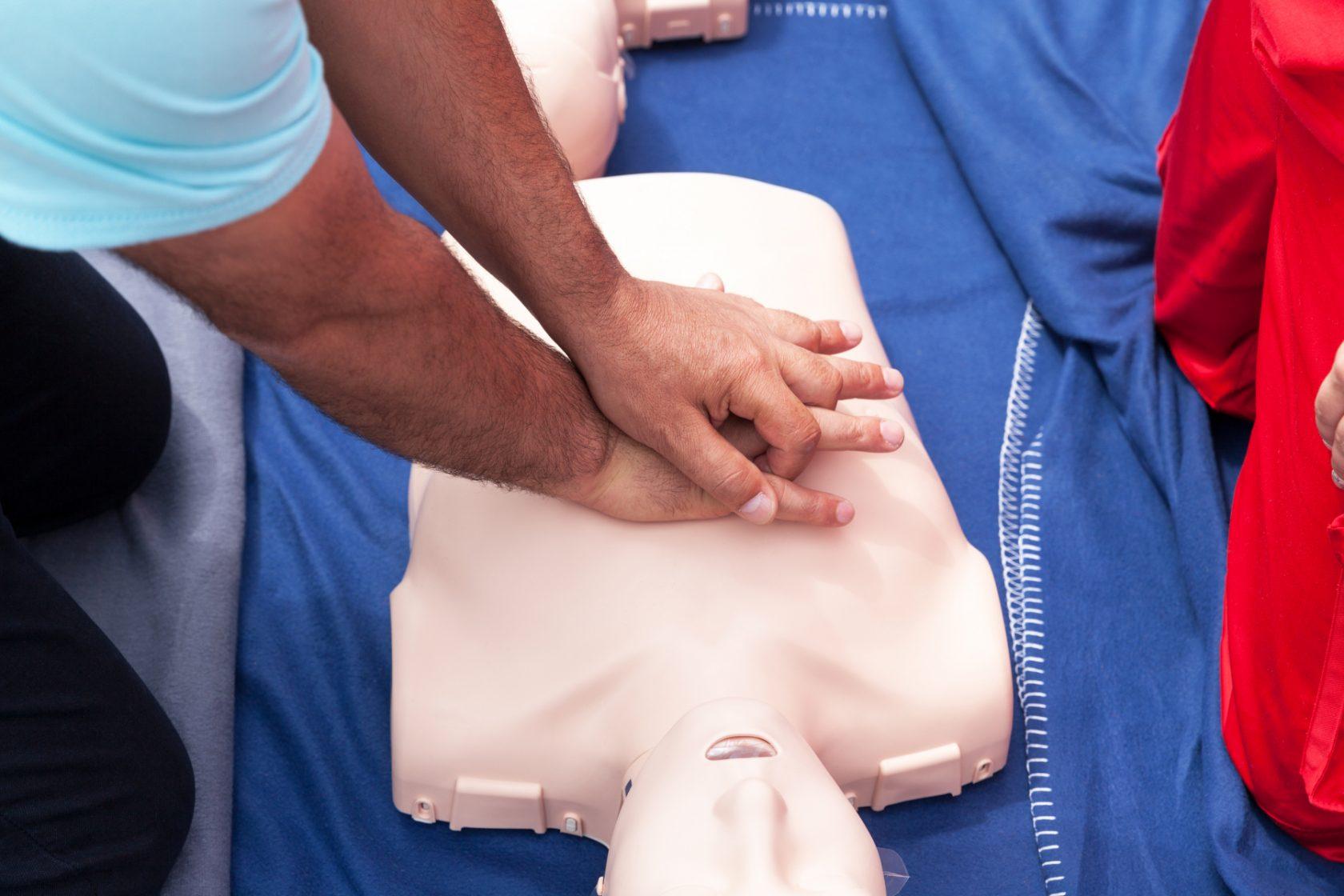 Övning i hjärt- och lugnräddning, på docka