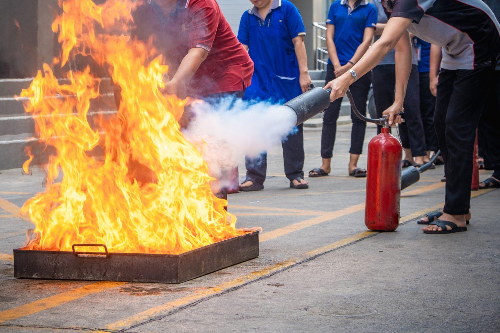 Övning i att släcka mindre brand med handbrandsläckare