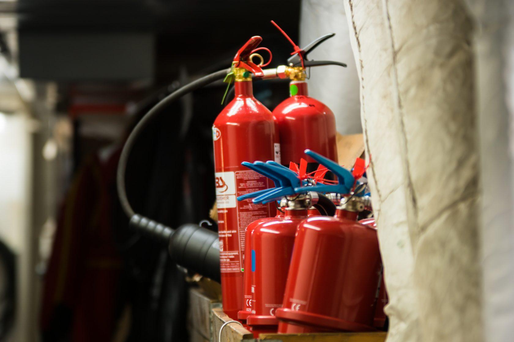 Flertalet brandsläckare i len åda