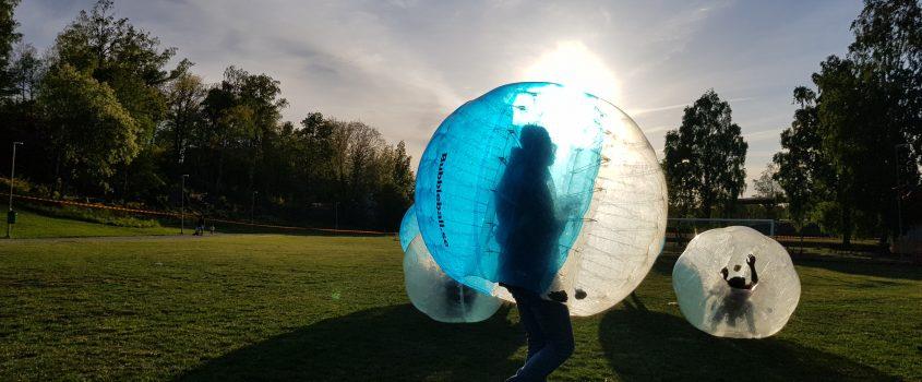 Genomskinliga bollar med människor i