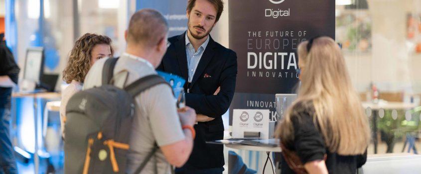 Människor pratar med varnadra under en mässa för ny digital teknik