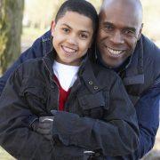 Pappa kramar om sin son