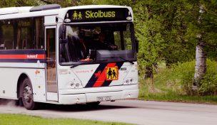 Skolbuss med skylt och text