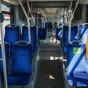 Insidan av en buss med kortläsare för betalning av resa