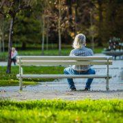 man sitter på en bänk i en park