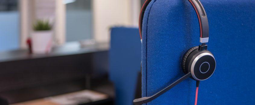 Telefonheadset hänger över en stol