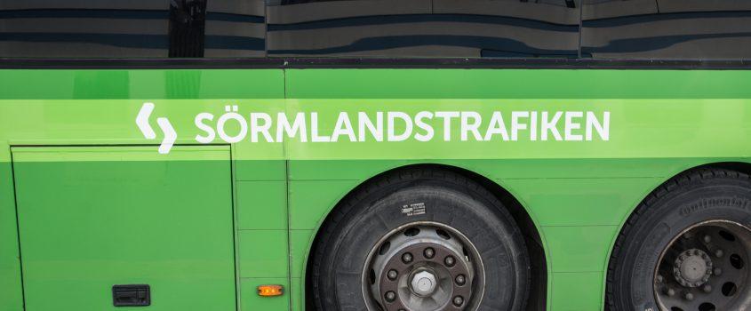 Sida på grön buss med texten: Sörmlandstrafiken