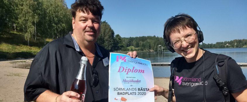 Jack mottar diplom från P4 Sörmlands reporter