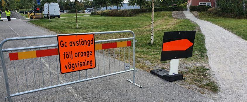 Vägarbete, gångvägen avst'ngd vilket står på en orange skylt
