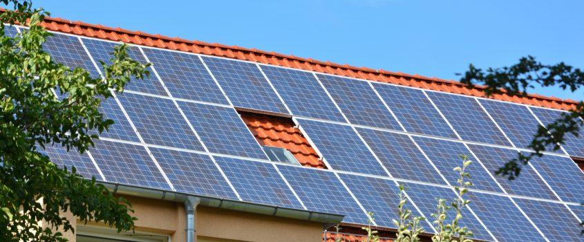 Hustak med solpaneler