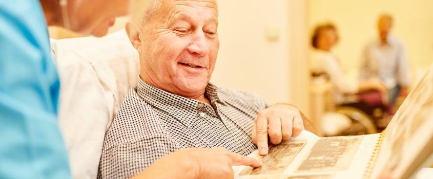 Äldre man tittar på foton