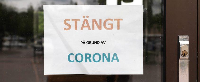 Skylt på ytterdörr med texten: STÄNGT på grund av CORONA