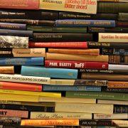 Ett femtiotal böcker av olika författare och genrer ligger på hög