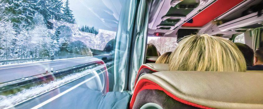 Bussresenär tittar ut på vinterlandskap