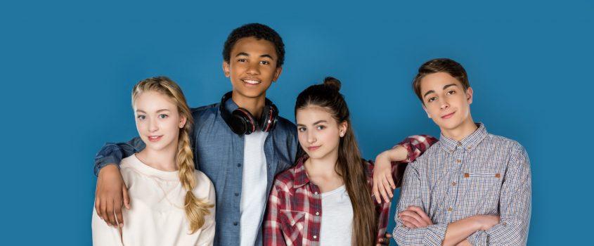 Fyra ungdomar står på rad och omfamnar varandra