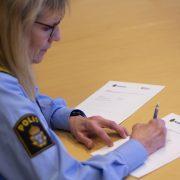 Lokalpolisområdeschef Liselotte Jergard signerar Medborgarlöfte 2021