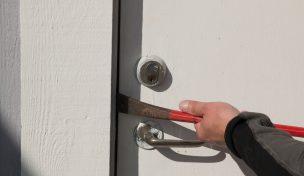 Inbrottstjuv öppnar dörr med kofot