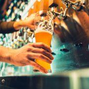 personal häller upp öl på fat.
