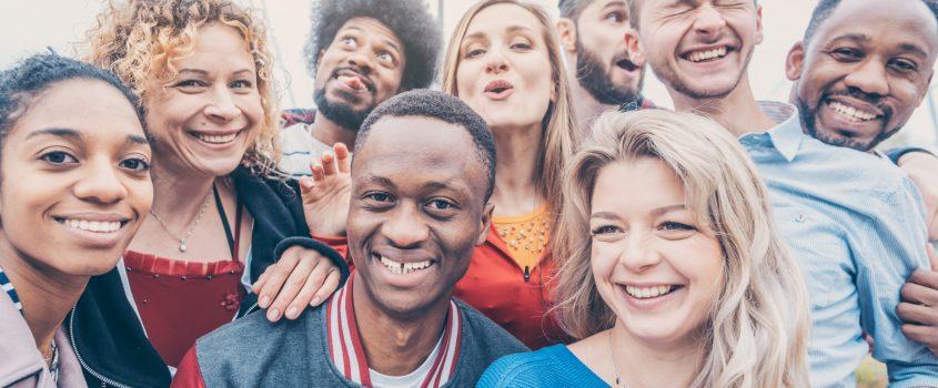 Gruppbild av personer i ung ålder med olika ursprung