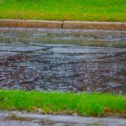 Kraftigt regn på vägbana eller gata