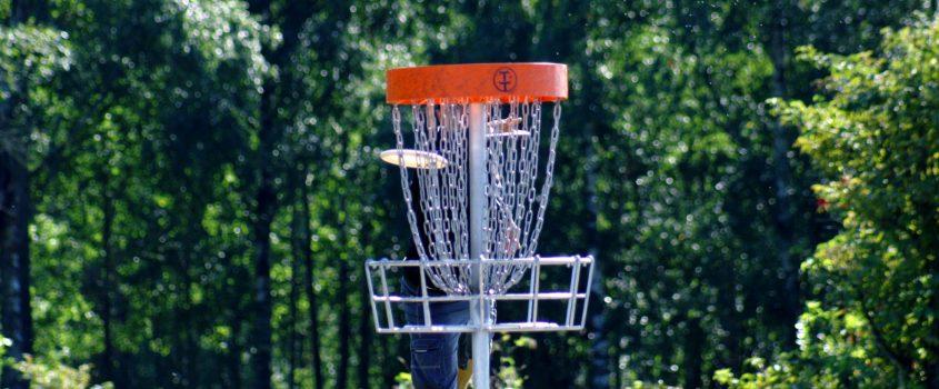 Frisbeegolf. Bild på korg på frisbeegolfbana