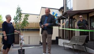 Peter Munter ordförande barn-, utbildnings-, och kulturnämnden klipper bandet vid invigningen av Kungsfågelns förskola