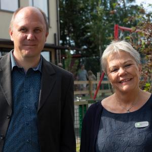 Närbild på Kerstin Johansson rektor kungsfåglens förskola och Peter Munter ordförane barn-, utbildnings-, och kulturnämnden vid invigningen av kungsfågelns förskola